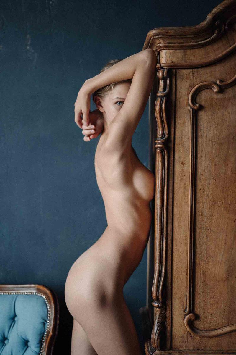 39162413/model-anzelika-ezova-photograph-sofa-sivolap1.jpg